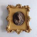 Popiersie kobiece oprawione w złoconą ramkę z brązu