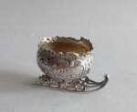 Srebrna solniczka w kształcie sanek