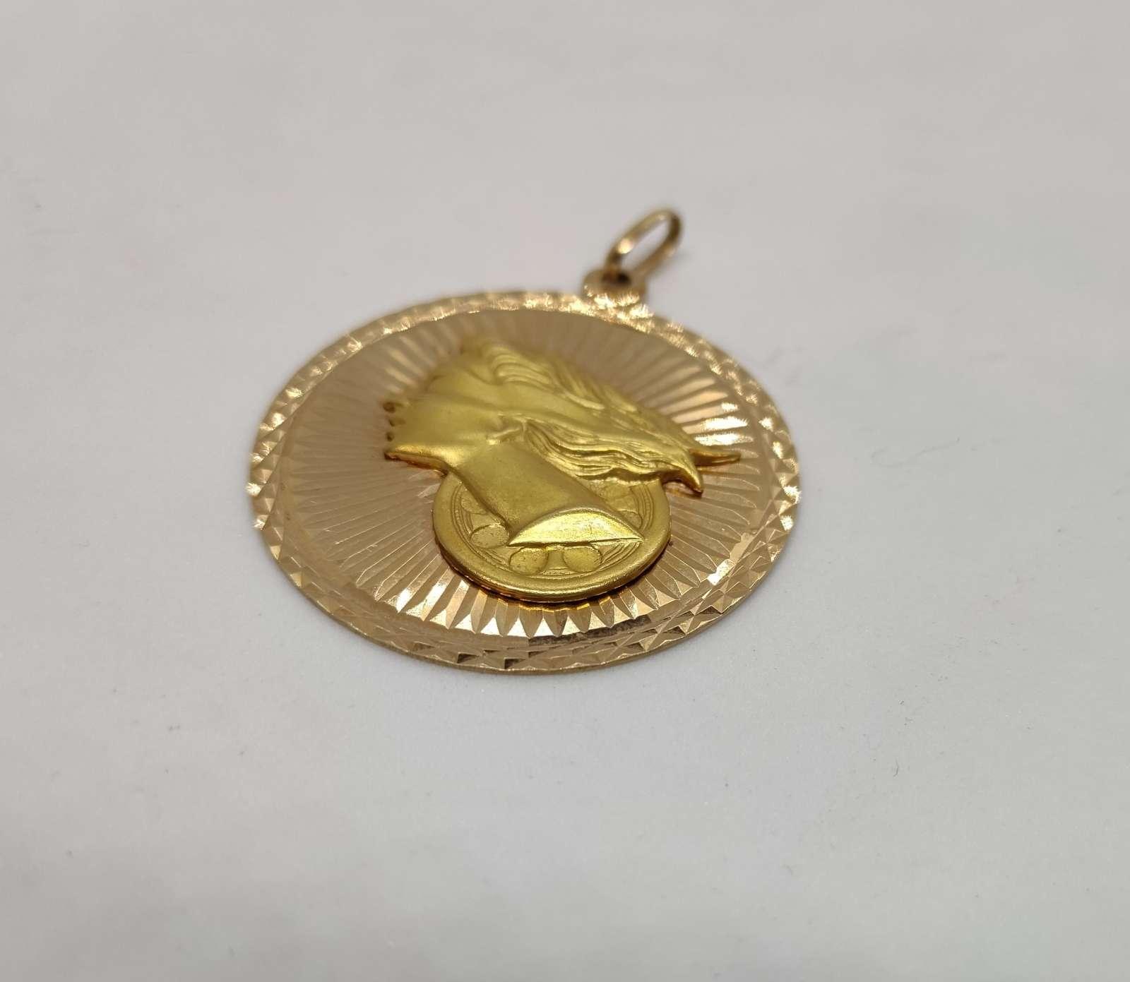 Złota zawieszka z wizerunkiem Temidy