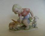 Figurka dziewczynki karmiącej króliki