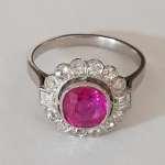 Platynowy pierścionek z naturalnym rubinem i diamentami